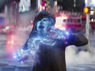 전기를 자유자재로 다룰 수 있어, 스파이더맨에게 번개 공격을 하는 일렉트로. - 어메이징 스파이더맨2 제공
